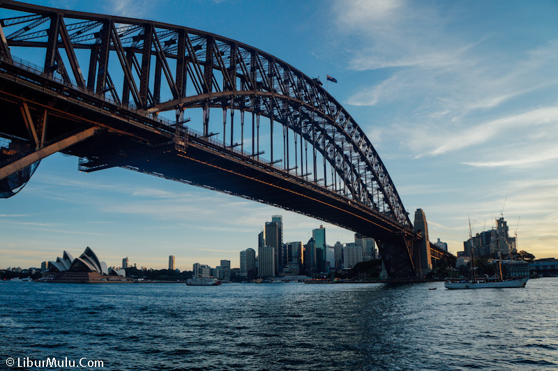Suasana Harbour Bridge menjelang senja
