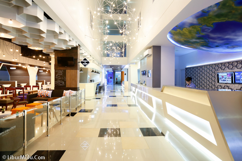 Lobby hotel yang elegan dengan staff yang ramah
