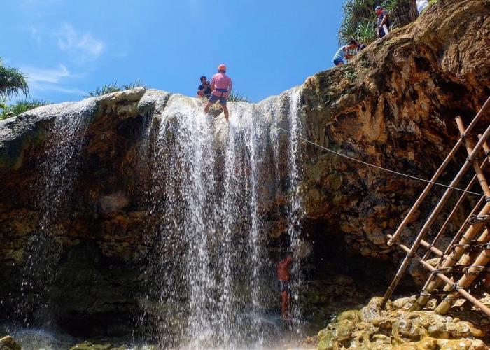 Kalian bisa rappling dan memacu adrenalin di Air Terjun Pantai Jogan loh!