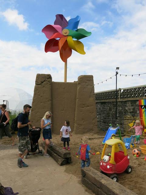 11. Taman pasir, sarana bermain bagi si kecil yang apa adanya