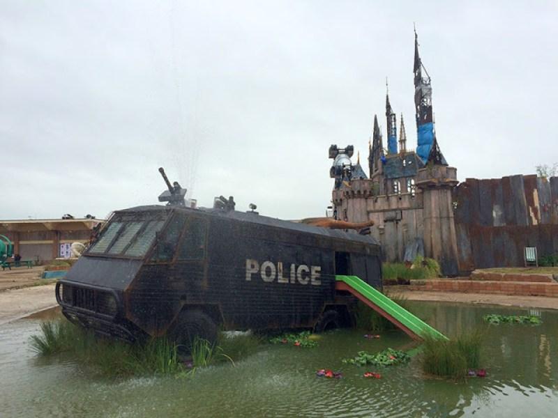 16. Bukan patung yang indah ditengah kolam, tapi sebuah mobil polisi tua yang sudah tidak terpakai di pajang disini.