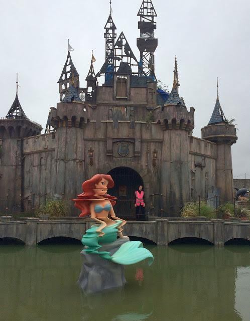3. Mengusung tema taman hiburan kelas wahid Disneyland, tapi Dismaland justru kebalikannya