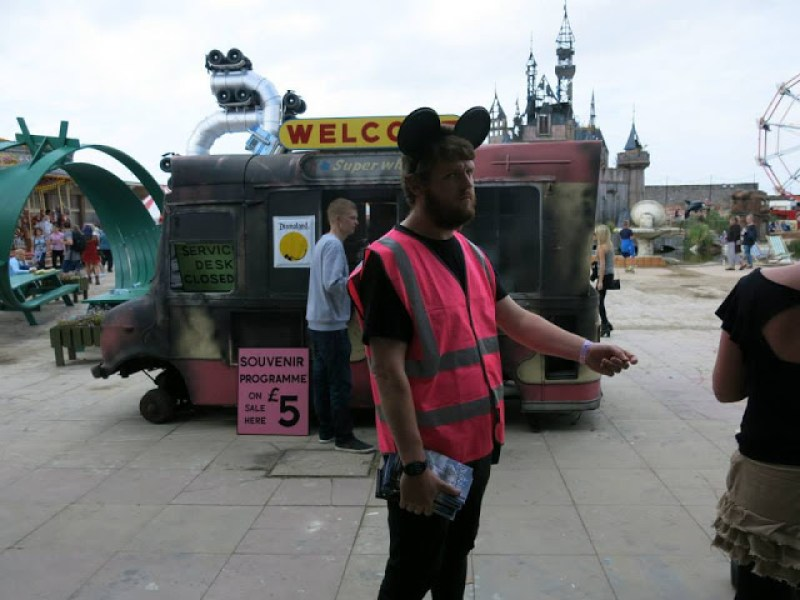 5. Kebalikan dari petugas Disney yang penuh tawa ceria, petugas di Dismaland, harus berwajah muram.