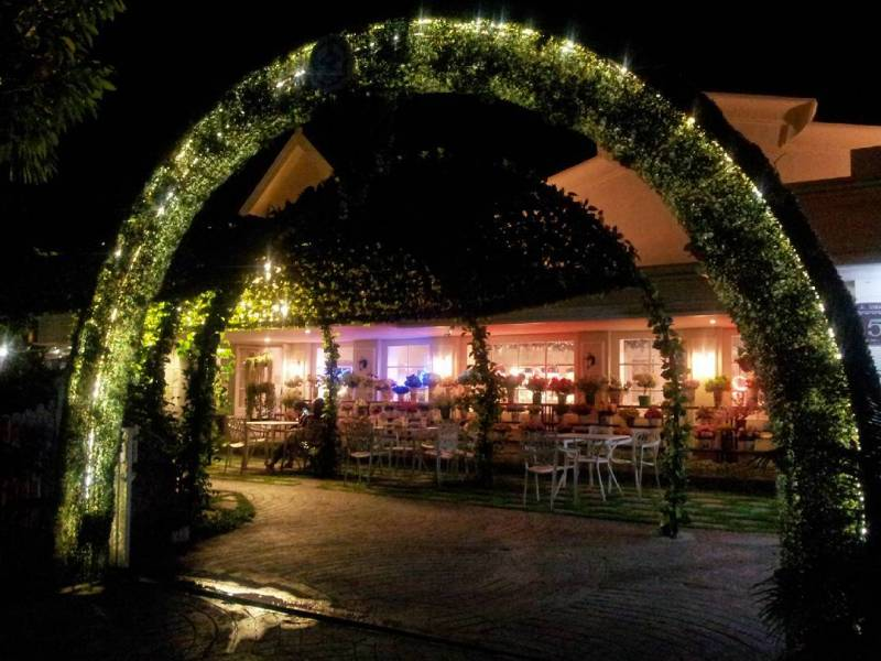 Alice Tea Room cafe outdoor dan Indoor di Malang yang nyaman via @tikazhang