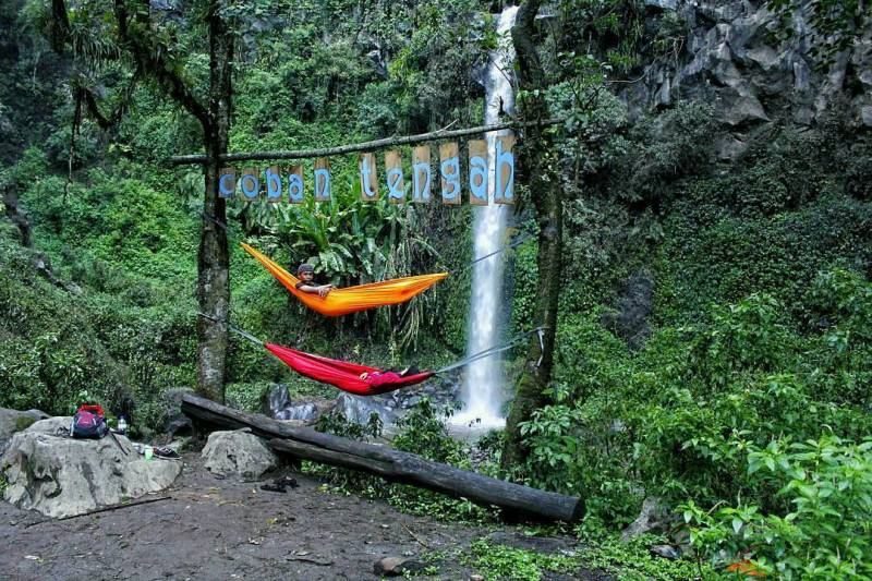 Hanging with a hammock near a waterfall can also be loh! via @duinnar
