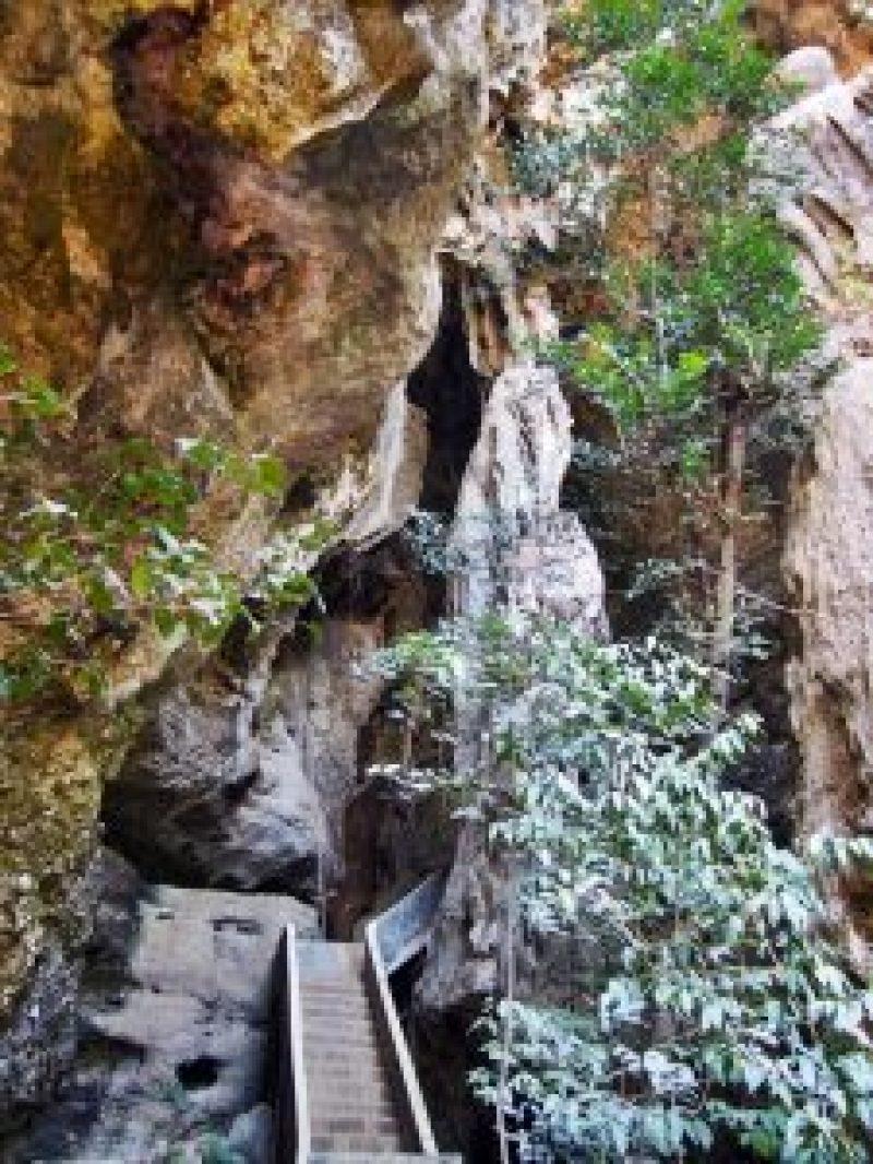 Terdapat tangga untuk mencapai bagian atas gua
