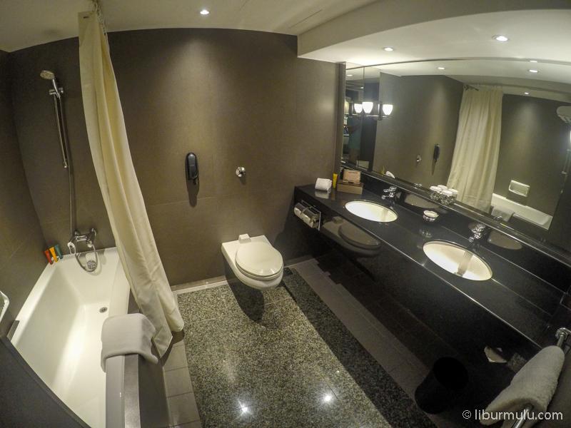 Kamar mandi Superior Deluxe Room, terdapat bathub yang besar dan nyaman