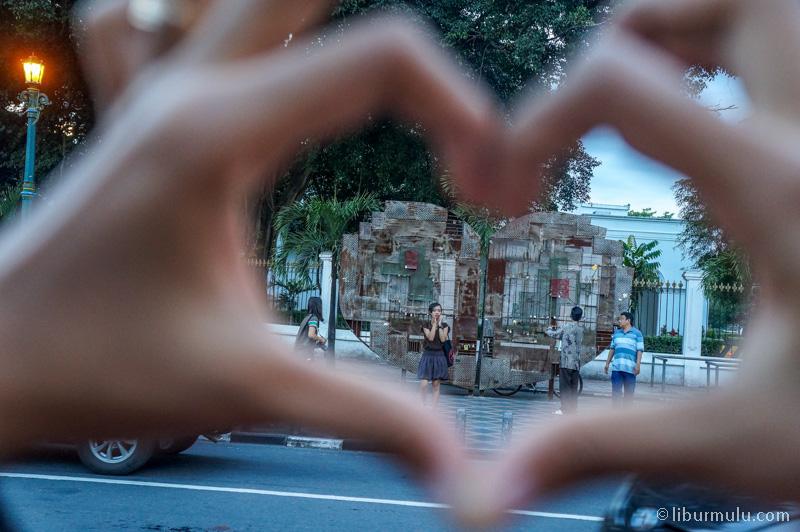 Pasanglah Sebuah Gembok Bertuliskan Nama Kalian Dan Pasangan Di Gembok Cinta