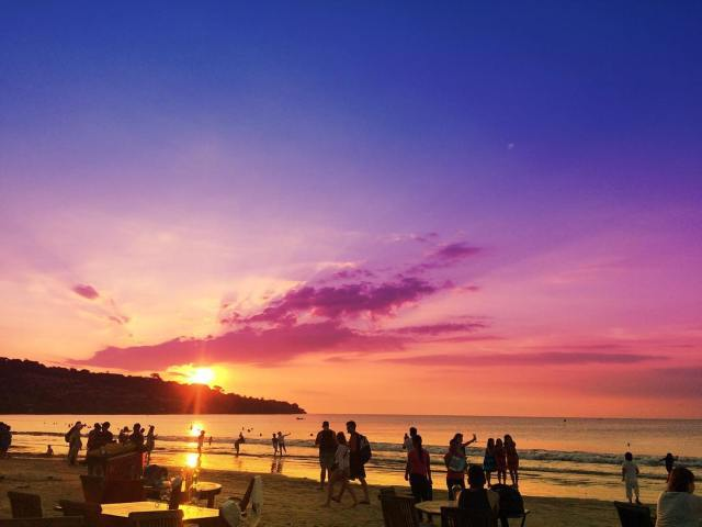 Makan malam di Pantai Jimbaran sambil menikmati sunset by IG @mirzaelfathir
