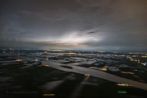 Foto yang mengagumkan dari badai di langit, sesaat sebelum mendarat di Ecuador