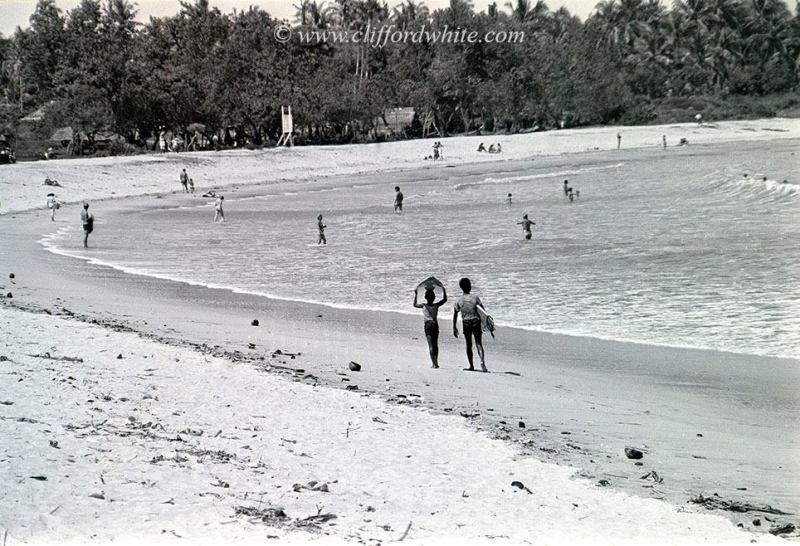 Pantai Kuta pada tahun 70-an masih menjadi favorit turis asing. Sampai sekarang pun sepertinya masih begitu. Iya kan?