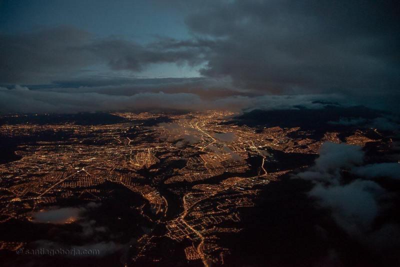 Pemandangan kota dengan banyak lampu di malam hari memang selalu menyenangkan untuk diabadikan dengan kamera kan ya? Seperti foto dari salah satu kota di Equador ini.