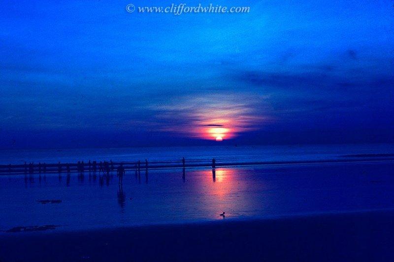 Pemandangan matahari terbenam di Pantai Kuta memang mengagumkan dari sejak dulu