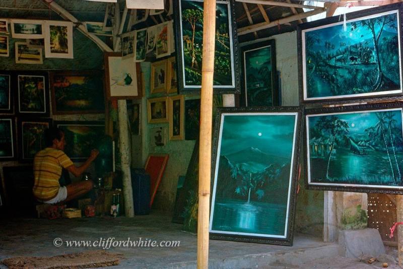Seorang pelukis di Ubud dan lukisannya