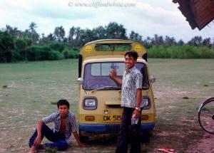 Tidak ada taksi atau bus di Kuta, tetapi hanya ada kendaraan seperti ini untuk mengantarkan turis berkeliling di sekitar Kuta, Bali.