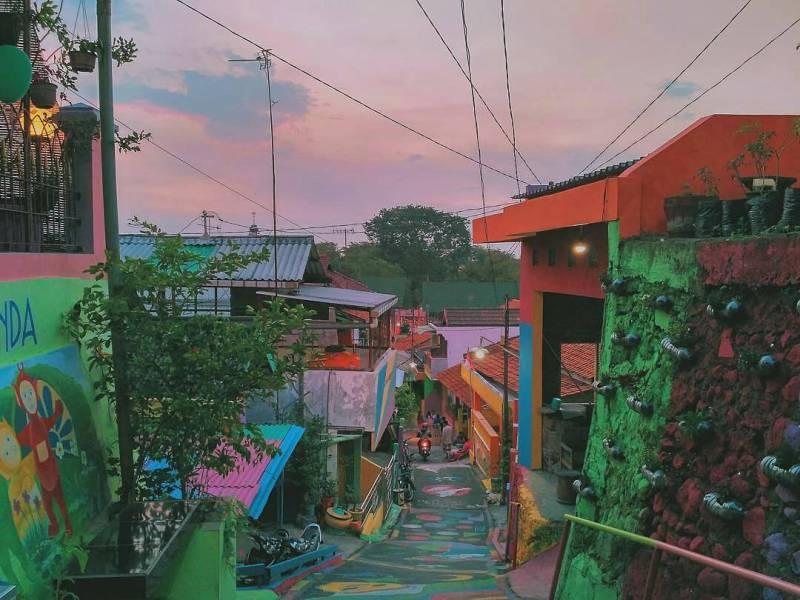 Waktu terbaik untuk berkunjung ke Kampung Pelangi adalah ketika pagi hari atau sore hari by IG @annisaje