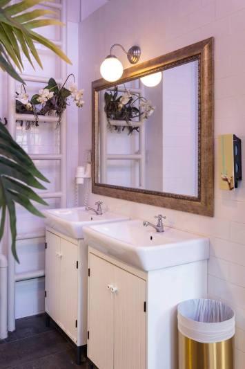 Kamar mandinya terkesan mewah, tidak seperti kamar mandi hostel pada umumnya