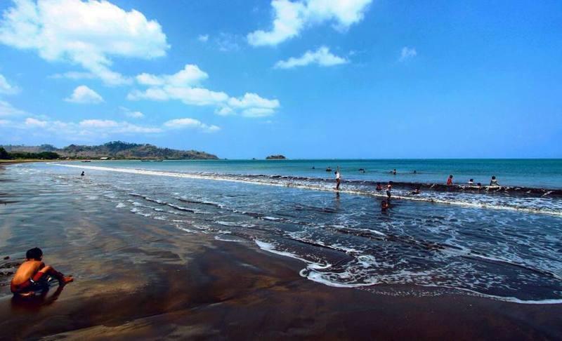 Pasir pantai didominasi dengan warna hitam legam by IG @sukabumiexplore