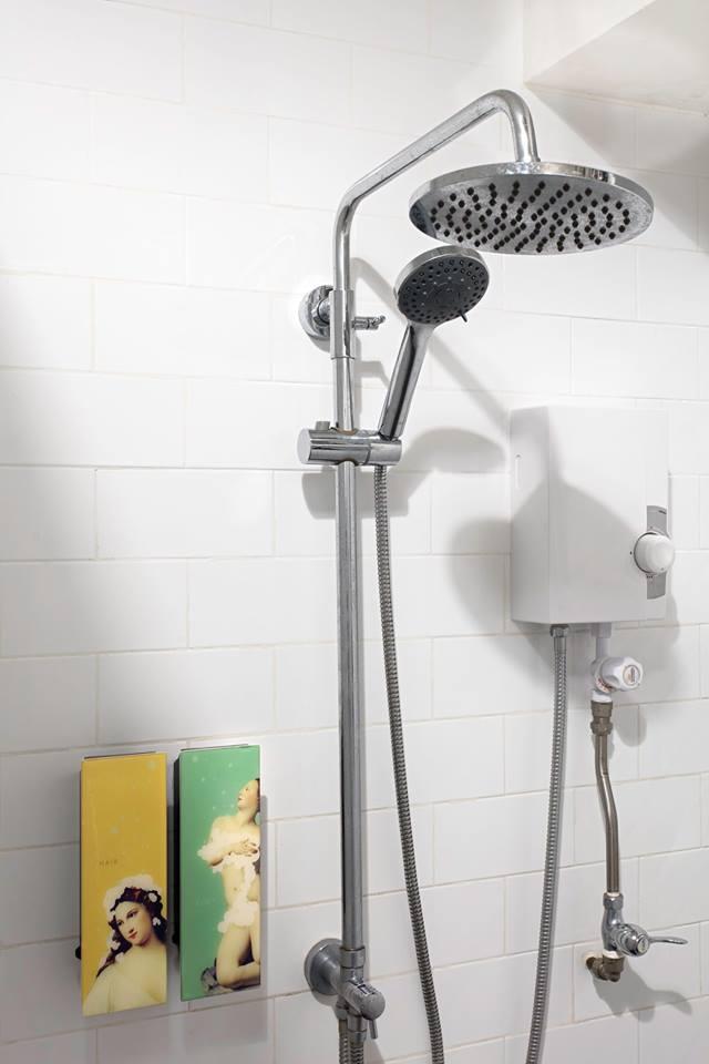 Shower yang bisa dipakai untuk mandi para tamu hostel