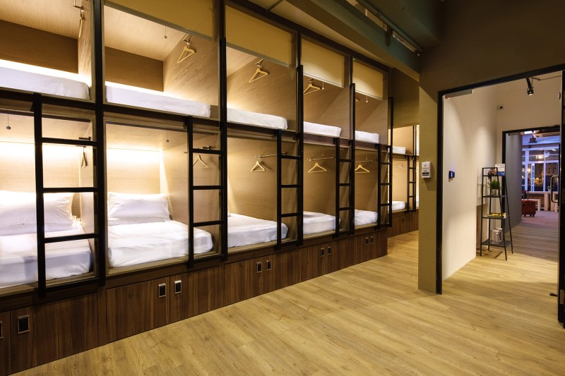 Suasana kamar dengan beberapa kabin yang cukup luas untuk ukuran kapsul hotel