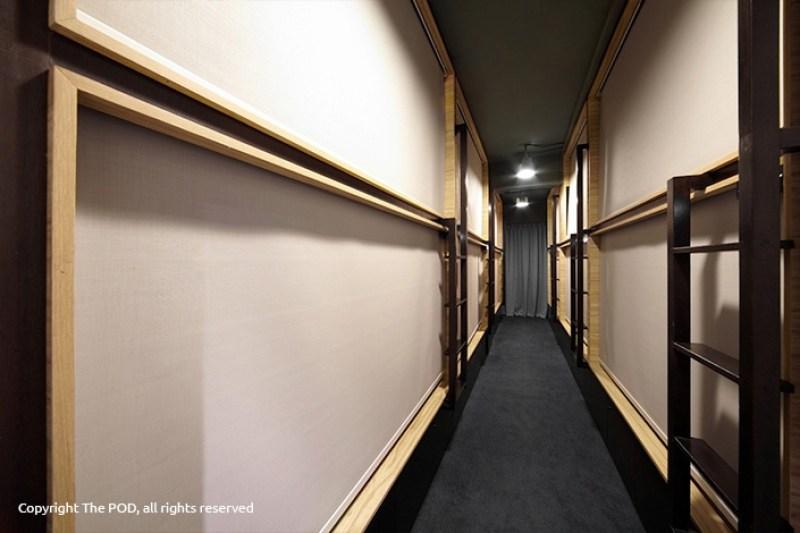 Suasana the Pod kalau tirai kabin ditutup