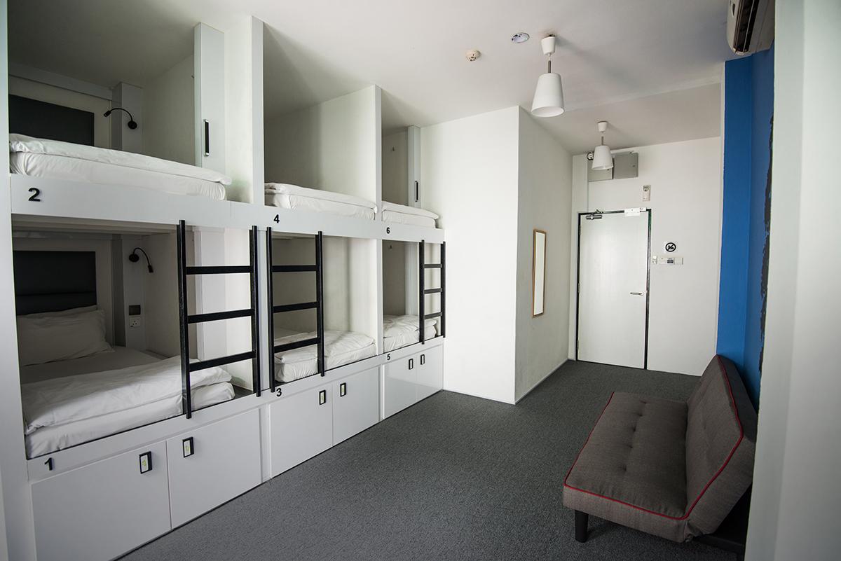 Ukuran kapsul tidur di Wink Hostel ini lumayan besar dan lega