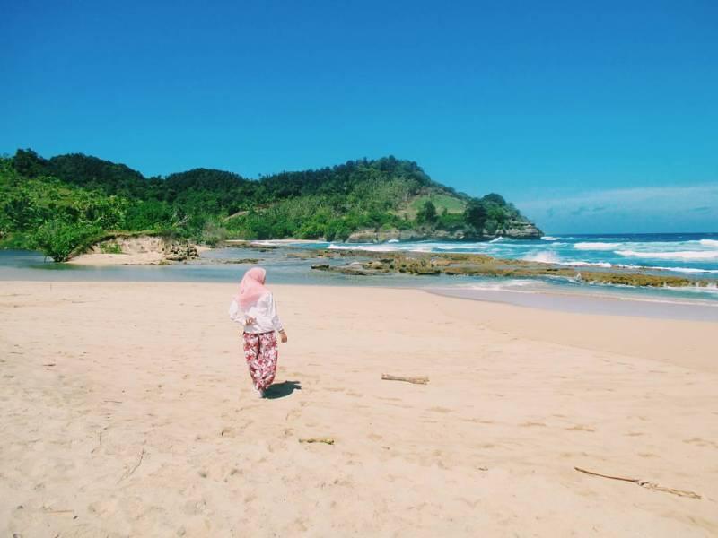 Pantai Molang, salah satu pantai asik untuk petualang di Tulungagung by @firdawahyulia