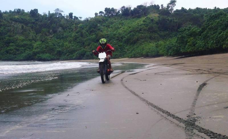 Pantai Nglarap pantai di Tulungagung yang tersembunyi by @fikricelengan