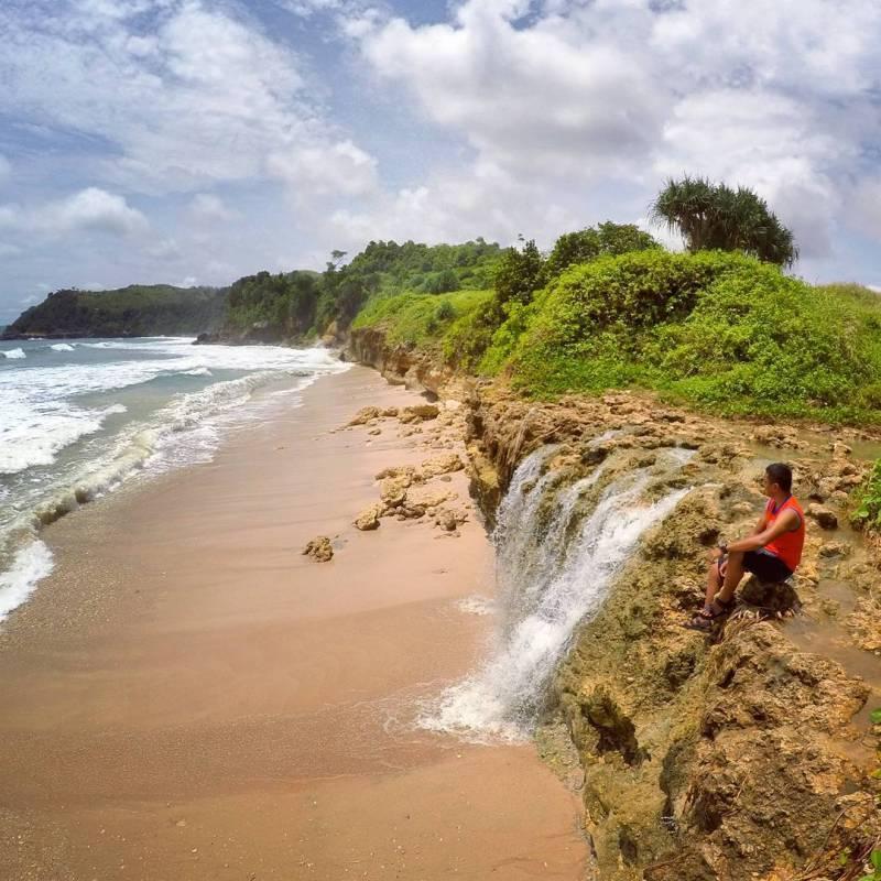 Pantai Pacar di Tulungagung ini mirip seperti Pantai Banyu Tibo by @bendottetapsemangat