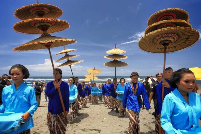 Labuhan Hondodento merupakan ritual yang dilaksanakan setiap tanggal 15 Suro di Pantai Parangkusumo. Ini adalah pantai yang bagus di Jogja untuk kamu yang suka dengan kegiatan budaya. via @_mrizalp