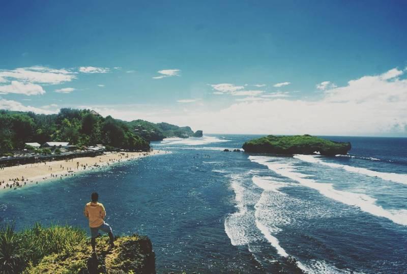 Pantai Sadranan, Gunungkidul, Yogyakarta! Salah satu pantai terindah di jogja untuk berburu foto Instagram! via @aryathesta
