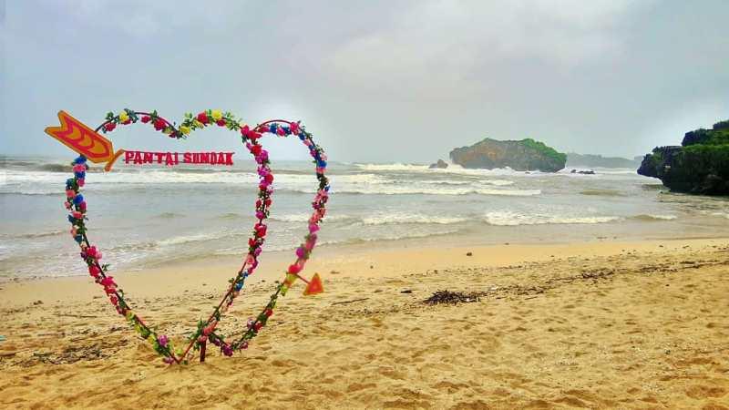 Pantai Sundak, Gunung Kidul, Yogyakarta ini adalah salah satu pantai di jogja yang indah untuk kalian kunjungi! via @onejoan_
