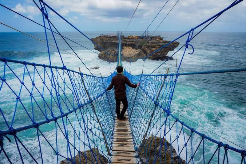 Selain Gondola, sekarang Pulau Timang juga terhubung dengan daratan melalui jembatan gantung Pantai Timang ini. Pantai di Jogja ini juga merupakan pantai terindah di Jogja lho! via @donistiawan21