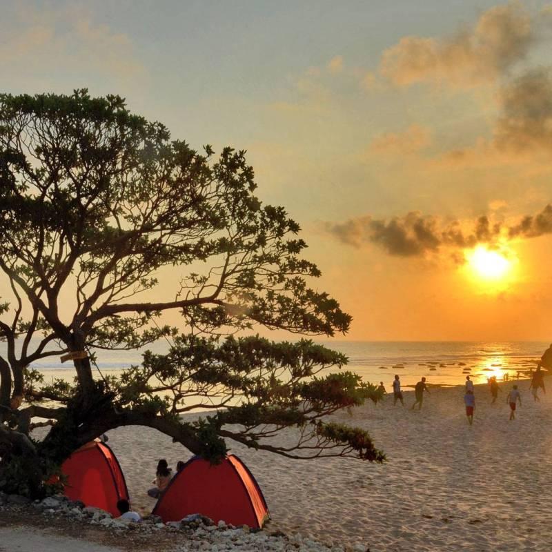 Suasana sore hari di Pantai Pok Tunggal. Pantai di Jogja ini cocok buat kamu yang suka camping di pantai! via @casameira