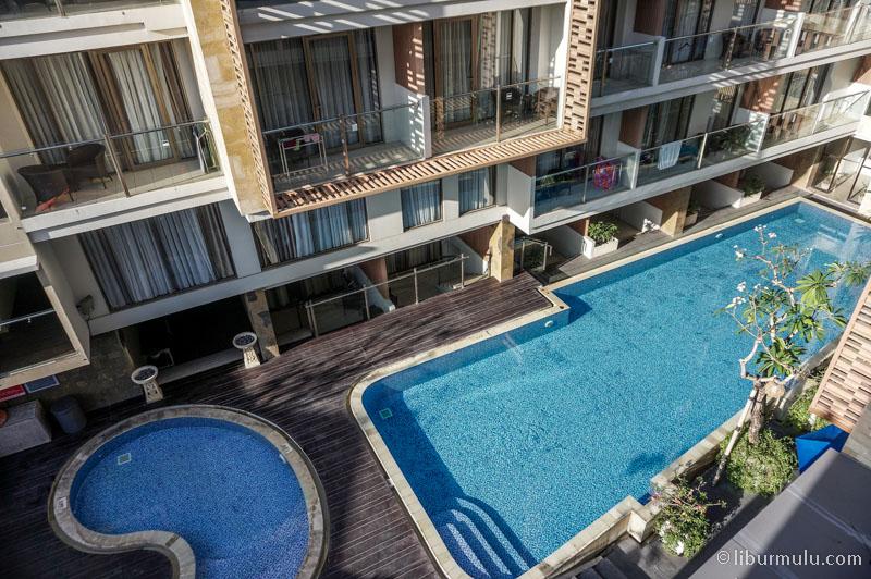 Kolam renang Harper Kuta Hotel cocok untuk menyegarkan diri dari suasana Bali yang panas