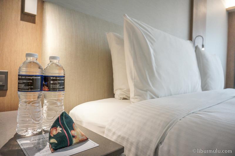 Ada dua botol air mineral di kamar.