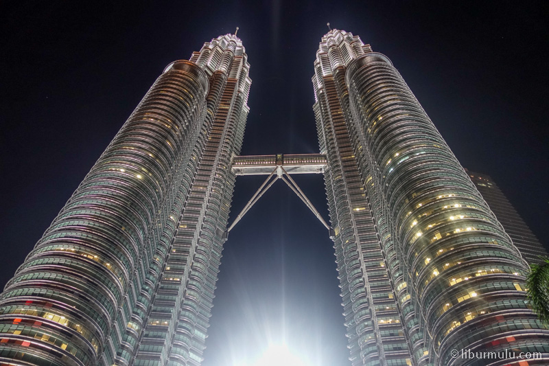 Menara kembar Petronas adalah ikon kota Kuala Lumpur Malaysia