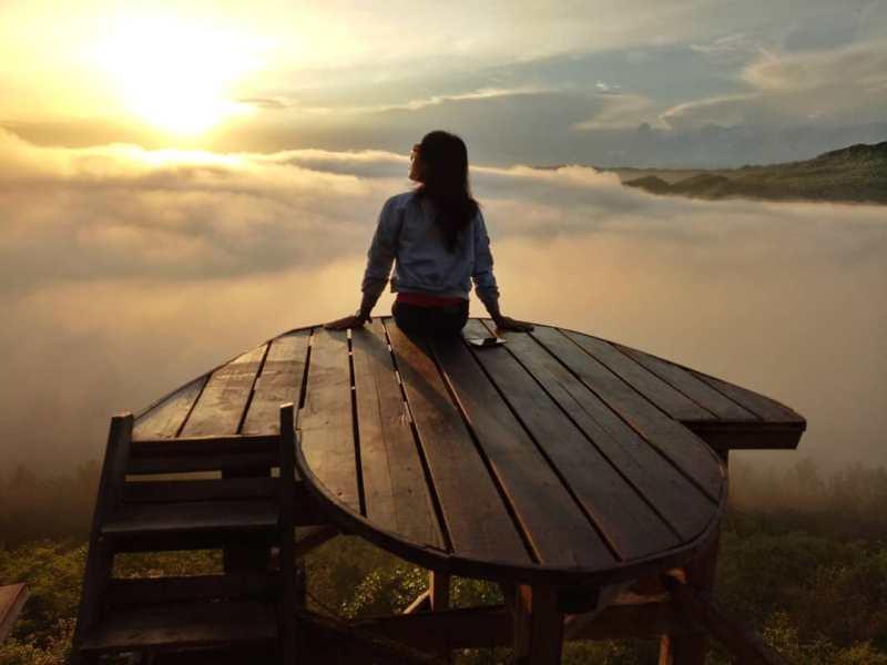 Bebaskan jiwamu, dan lepaskan ekspresi terbaikmu dengan berburu foto di Bukit Pangguk via @pinkanbeby34