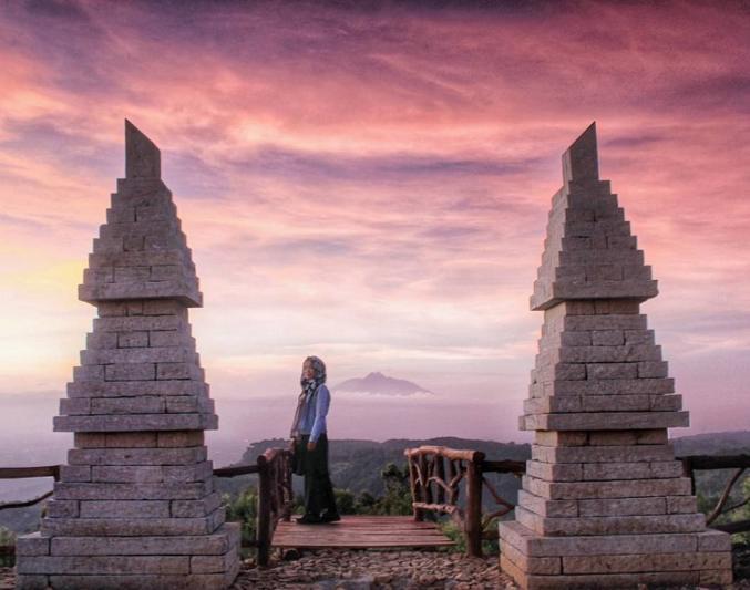 Kalau beruntung, dan cuaca sedang cerah, Gunung Merapi bisa terlihat dari Wisata Bukit Lintang Sewu via @rosianasinta