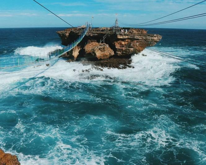 Karena ombaknya cukup besar, Pantai Timang ini tak cocok untuk kamu yang suka berenang di laut @dikomerd
