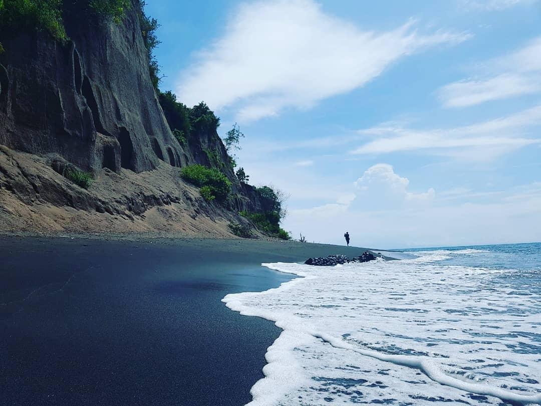 Cara Asik Liburan di Pantai Tebing Cluak'an Yang Curam! via IG @chyo_sastrowardoyo
