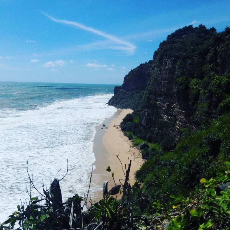 Kalau mau ke pantai Watunene, harus mau capek dikit ya! via IG @yuli_maseko