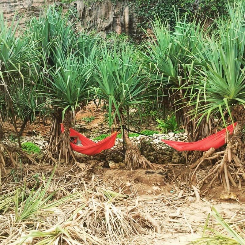 Kamu bisa bersantai dengan hammock seperti ini di Pantai Watunene Jogja! via IG @mayad3wi