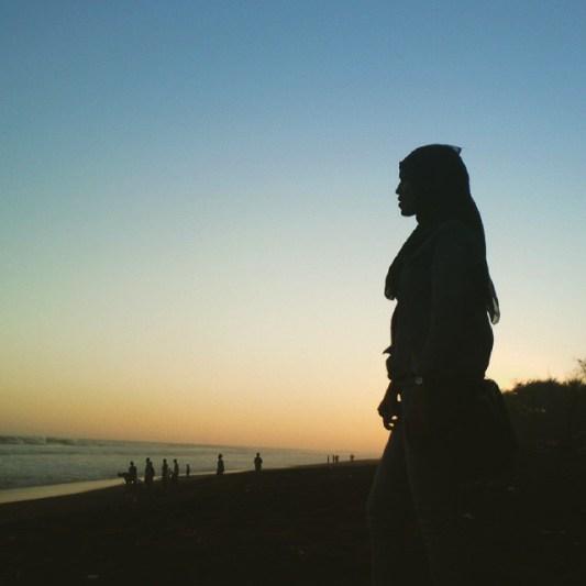 Menikmati suasana senja di Pantai Pandansimo juga menyenangkan sekali lho! via IG @shagyto