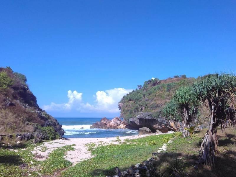 Pantai Torohudan ini tenang dan sepi untuk dinikmati sambil bersantai. via IG @mryudi_gpt