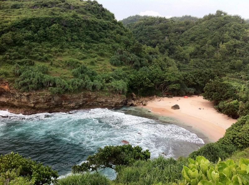 Banyak yang liburan ke Pantai Ngetun untuk camping bersama teman! via @saturnsky_