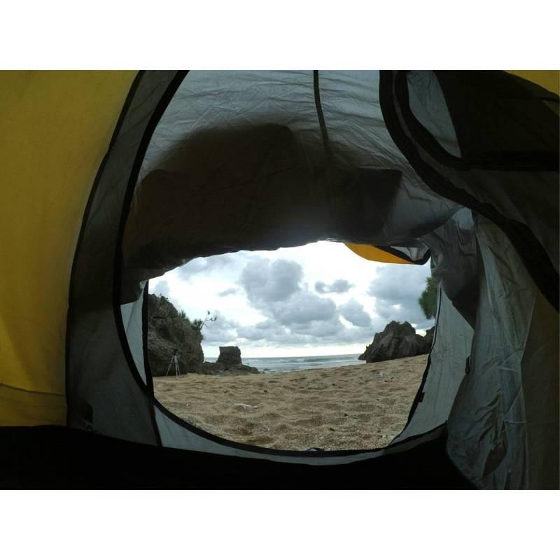 Camping di Pantai Nglolang, menikmati suara debuarn ombak menghantam pantai tentu akan menyenangkan! via @oktavianadyah