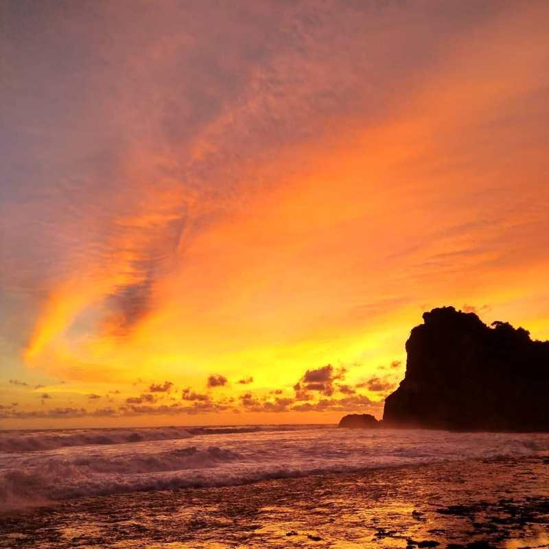 Kalian bisa menikmati senja yang indah seperti ini di Pantai Nguyahan Jogja! via @ninayusab