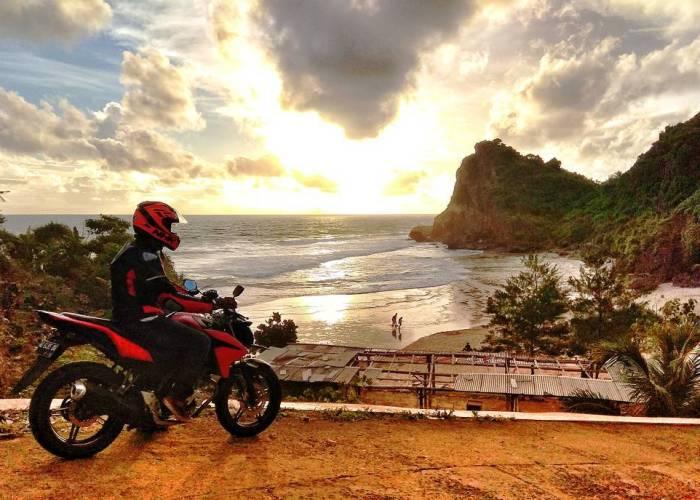 Pantai Nguyahan terkenal dengan sunsetnya yang indah! via IG @zain_nal