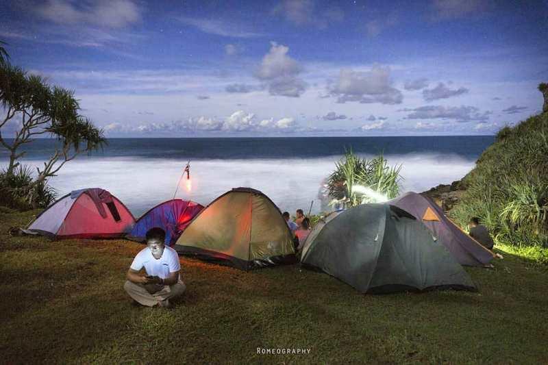 Kamu juga bisa camping di Pantai Ngeden lho! via IG @romeography
